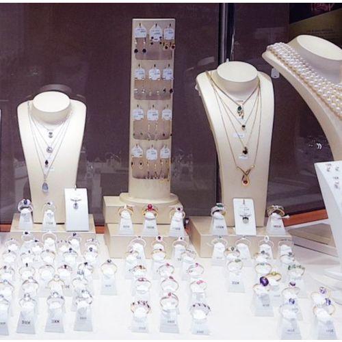 Bijoux avec pierres précieuses