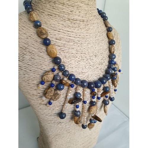 Collier marron et bleu en pierres fines.