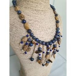 Collier marron et bleu en pierres fines.