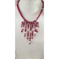 Collier couleur framboise en perles de verre.