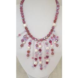 Collier en perles rose et mauve.